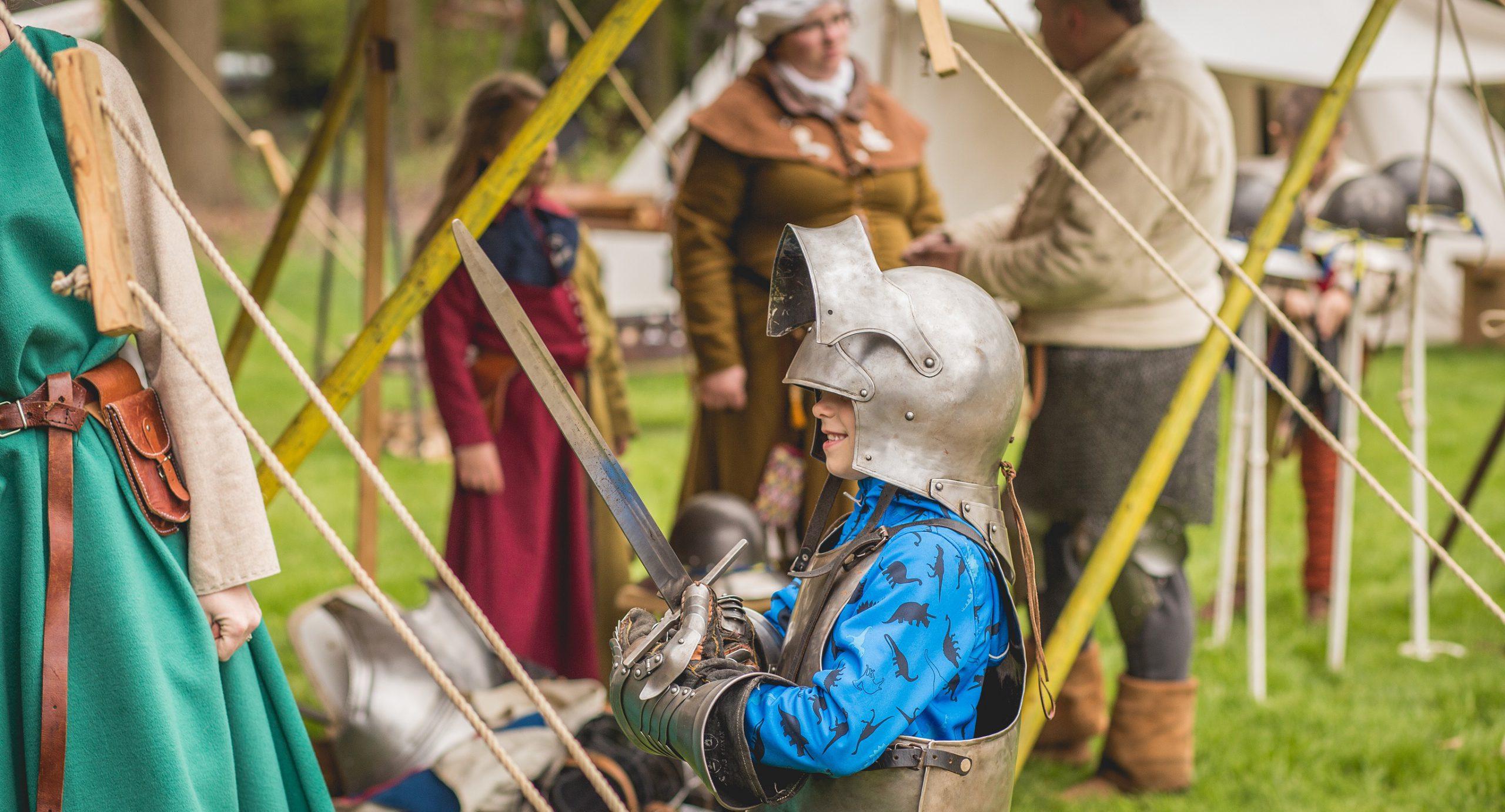 Middeleeuws bezoek in Kasteeltuinen Arcen